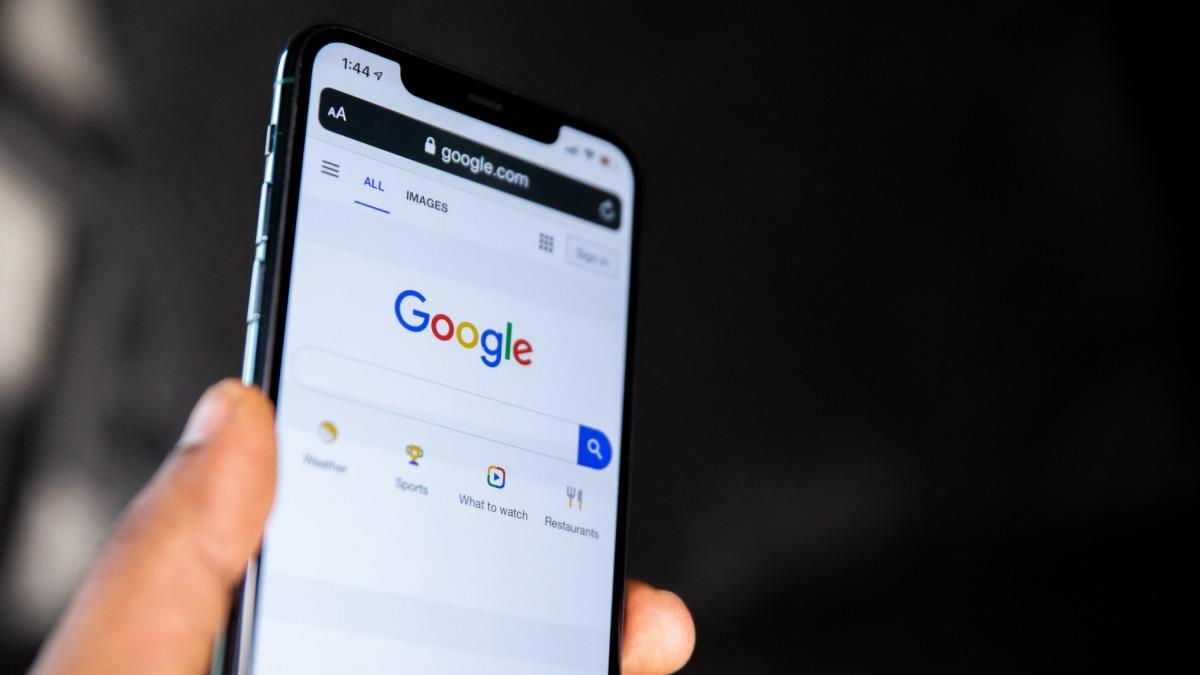 """Google celebra 20 anos da música """"Cha Cha Slide """" com divertido um easter egg"""