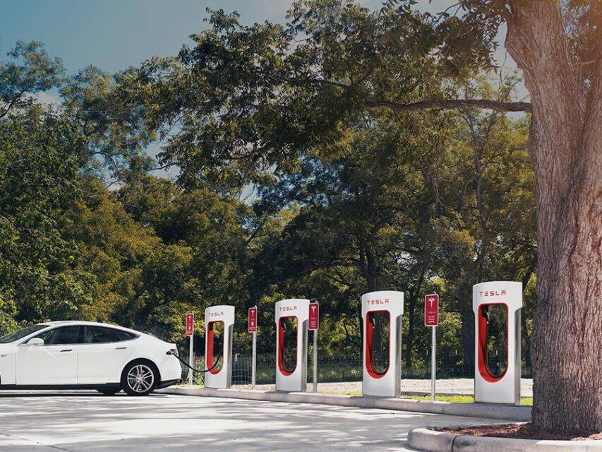 Novos SuperCharger da Tesla estão a permitir carregamento gratuito de outros carros