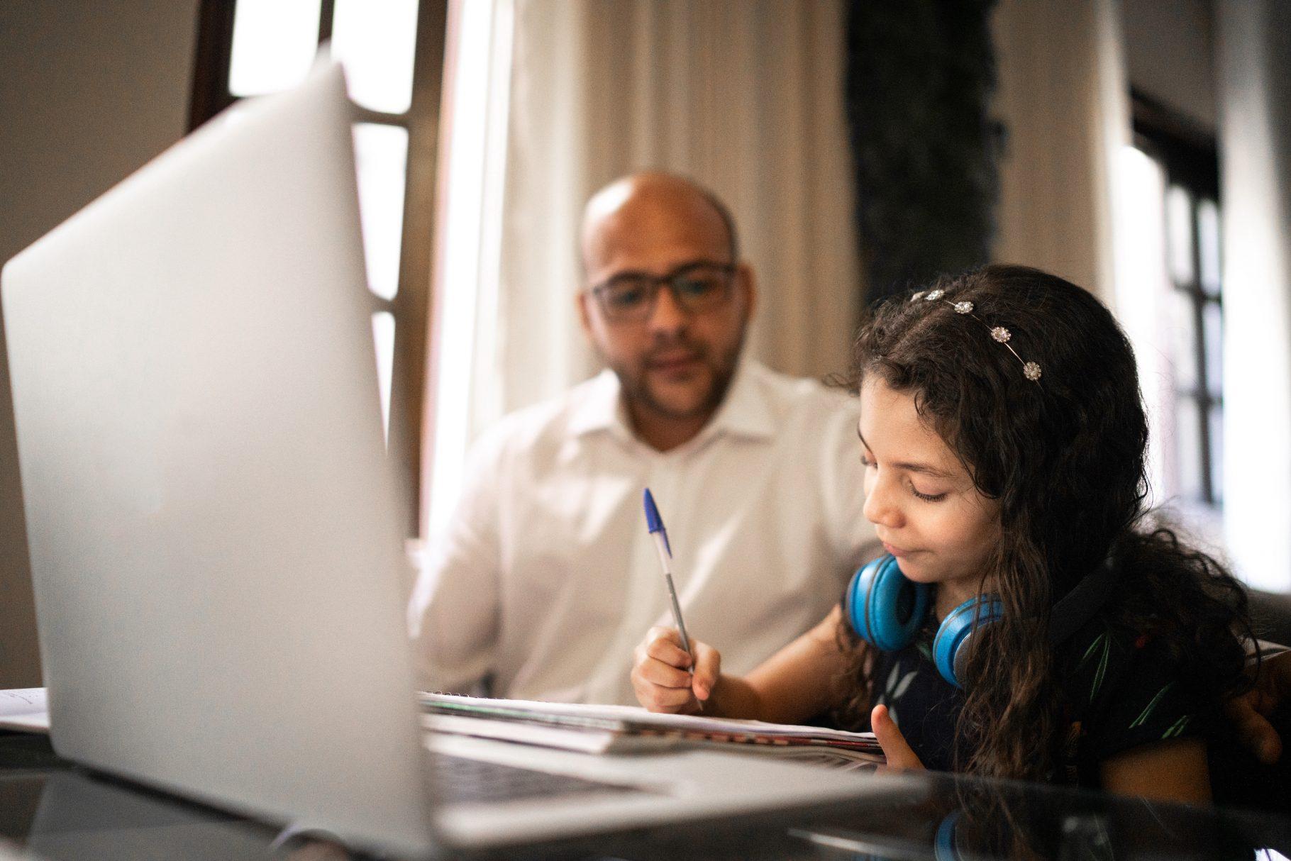 zoom focus mode crianca casa estudo aulas pc