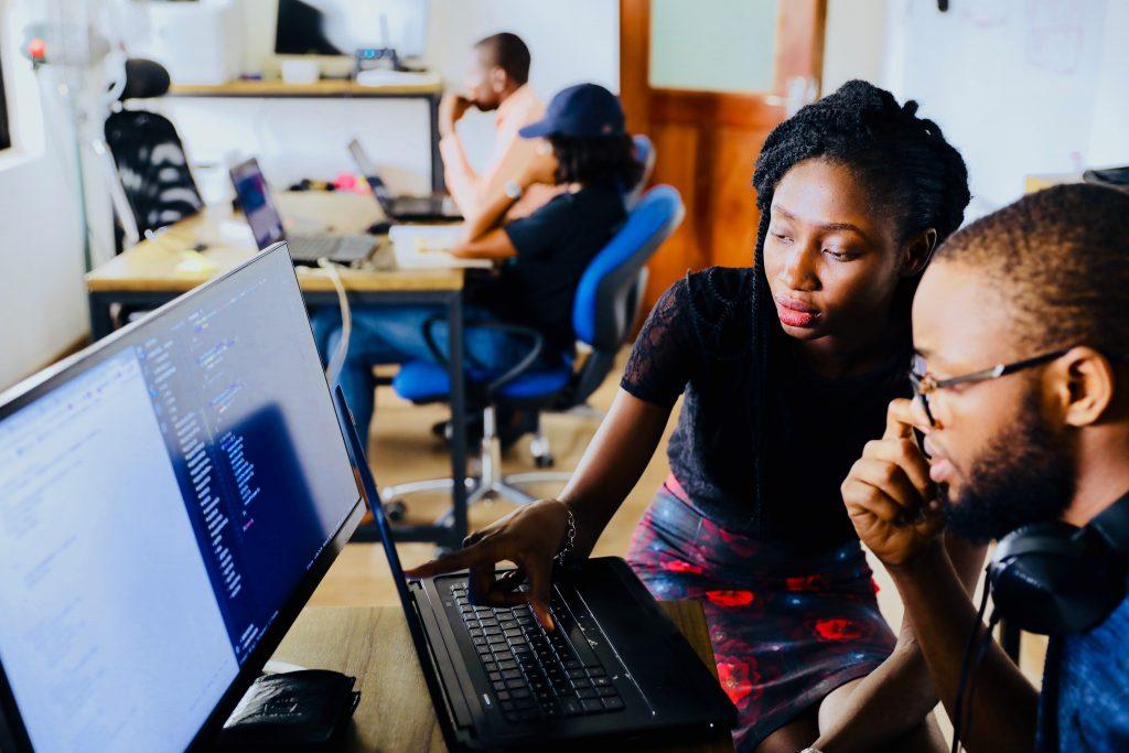pessoas alunos escola pc computador estudar