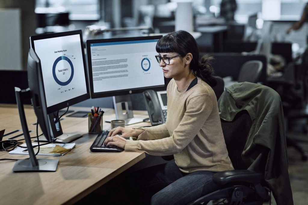 cibersegurança woman office work pc