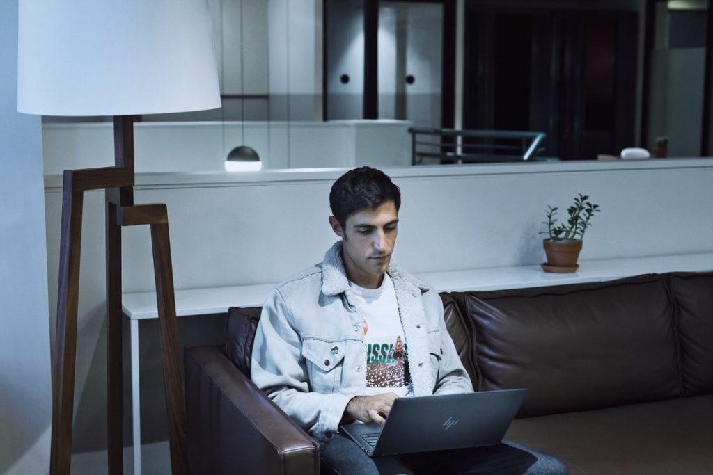 cibersegurança woman office work pc men